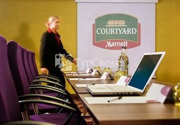 Courtyard by Marriott London Gatwick Airport Hotel 4*
